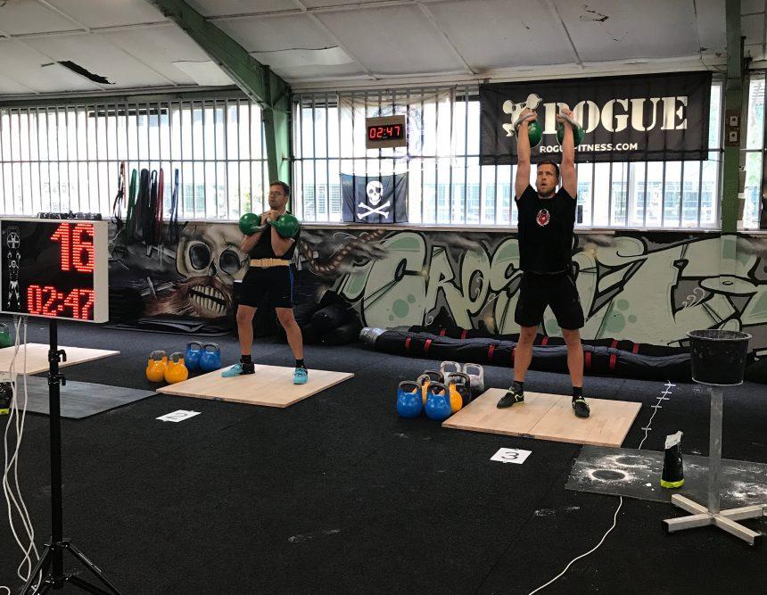 Dennis Eickelboom van Kettlebellsport Deventer tijdens zijn LC set met 2x24 kg
